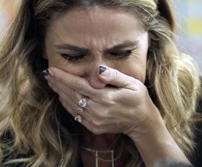 Atena chora ao ver Romero desacordado (Foto: TV Globo)