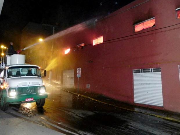 Incêndio em supermercado atingiu três andares do prédio (Foto: Jornal Jogo Sério)
