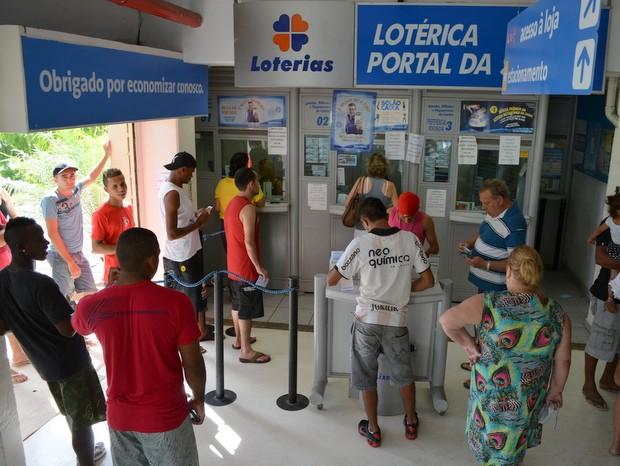 Lotérica em supermercado teve longas filas em Piracicaba (Foto: Leon Botão/G1)