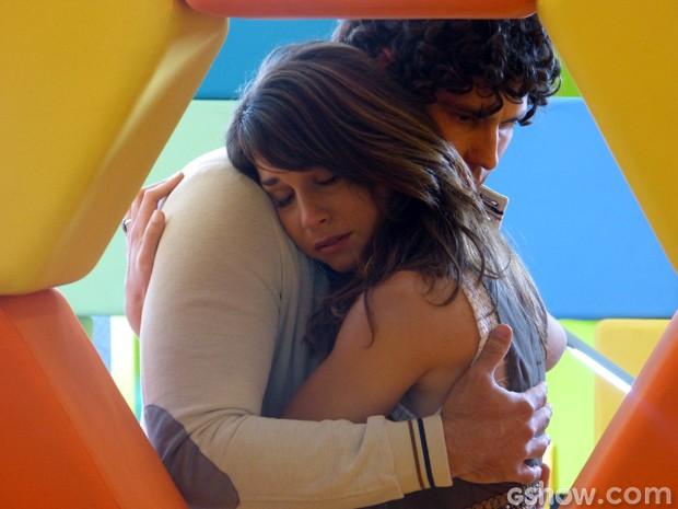 Triste pelo fim de seu namoro com Davi, Manu chora nos braços de Arthur (Foto: Geração Brasil/TV Globo)