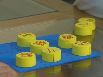 Tampinhas de garrafa pet podem virar jogo da velha de memória ou joguinhos alfabéticos (Foto: Reprodução/TV Globo)