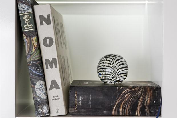 Como decorar a estante da sala (Foto: Julio Acevedo)