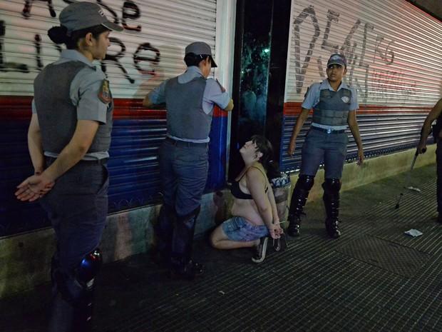 Manifestante é detida por policiais em São Paulo (Foto: Nelson Almeida/AFP)