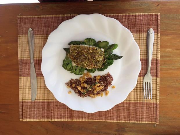 Dieta da Anamara - Prato 2: Peixe ao pesto com crosta de pistache e arroz vermelho crocante (Foto: Divulgação / Arquivo pessoal)