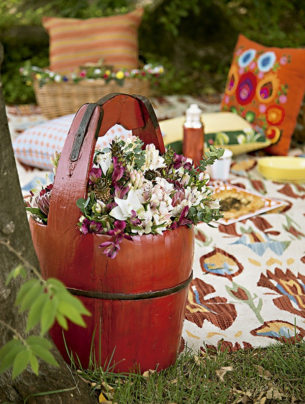 Um lugar ao sol, com muito conforto: balde de madeira e almofadas Studio Bergamin, tapete By Kamy Eventos (Foto: Cacá Bratke/Editora Globo)