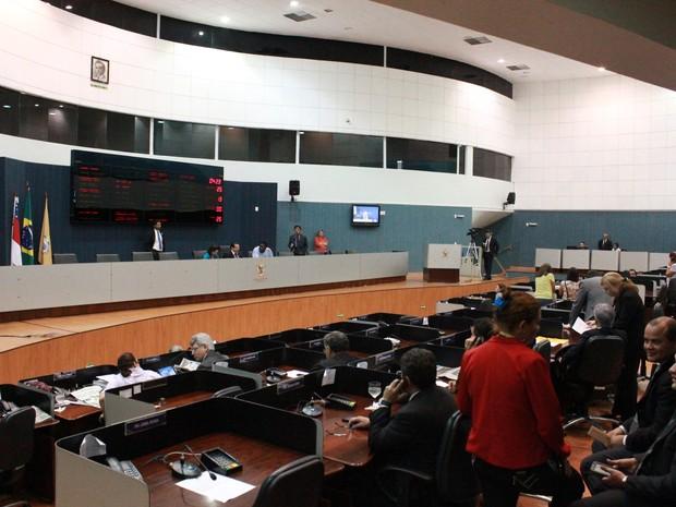 Última sessão antes do feriado desta quinta-feira (15) teve quórum de 18 vereadores.  (Foto: Camila Henriques/G1)