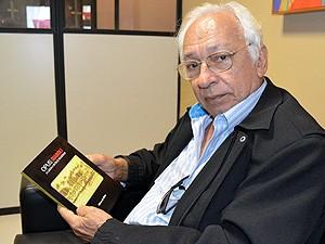 Gilvan de Brito é autor de livro que conta histórias do Parque Solon de Lucena (Foto: Juliana Brito/G1)