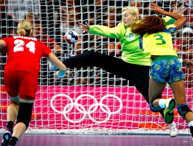 Alexandra Nascimento na partida de handebol do Brasil contra a Rússia (Foto: Reuters)