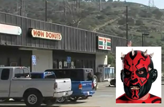 Homem assaltou pelo menos quatro lojas utilizando a mesma máscara que faz referência a vilão da franquia Star Wars (Foto: Reprodução)