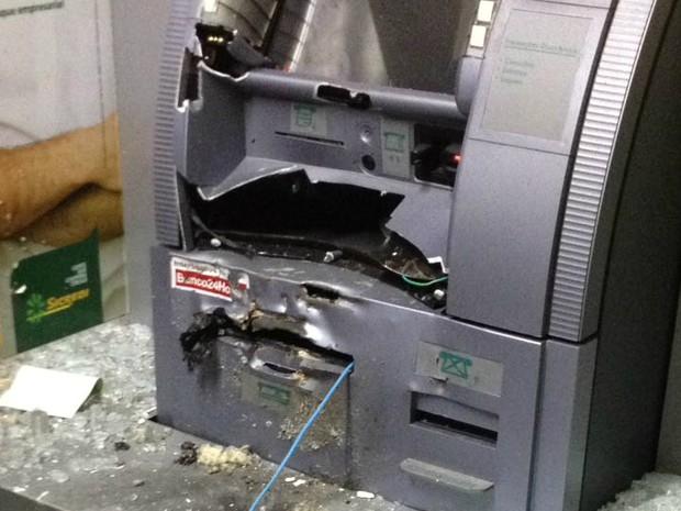 Caixa eletrônico ficou destruído após explosão em Curiúva, no norte, nesta quinta-feira (19) (Foto: Polícia Militar/Divulgação)