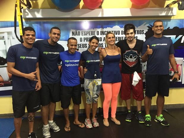 Luan Santana com os funcionários do estabelecimento (Foto: Divulgação/SVFitness)