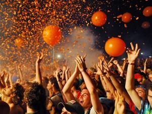 Público festeja com papel picado e bolas em show do Flaming Lips nos Estados Unidos, em 2007 (Foto: Jeff Gentner/Getty Images)