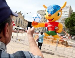 Mascote da Copa é exposto no centro de Porto Alegre (Foto  Gustavo Gargioni    8ee2bf6621e