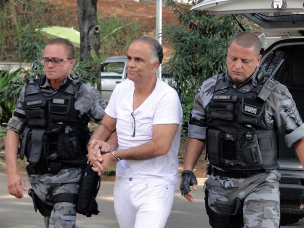 Marcos Valério é levado por agentes na chegada ao IML em Belo Horizonte (Foto: Pedro Triginelli/G1)