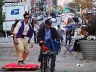 Vestido de Aladdin, YouTuber vira hit ao andar de 'tapete voador' em NY