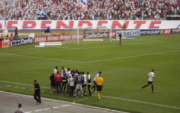 Jogadores do Atlético-PR comemoram gol na VIla Capanema (Foto: Fernando Freire/GLOBOESPORTE.COM)