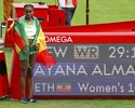 Etíope destrói recorde mundial dos 10.000m e leva 1º ouro do atletismo
