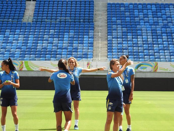 Brasileiras fazem selfie na Arena Dunas (Foto: Cíntia Barlem)