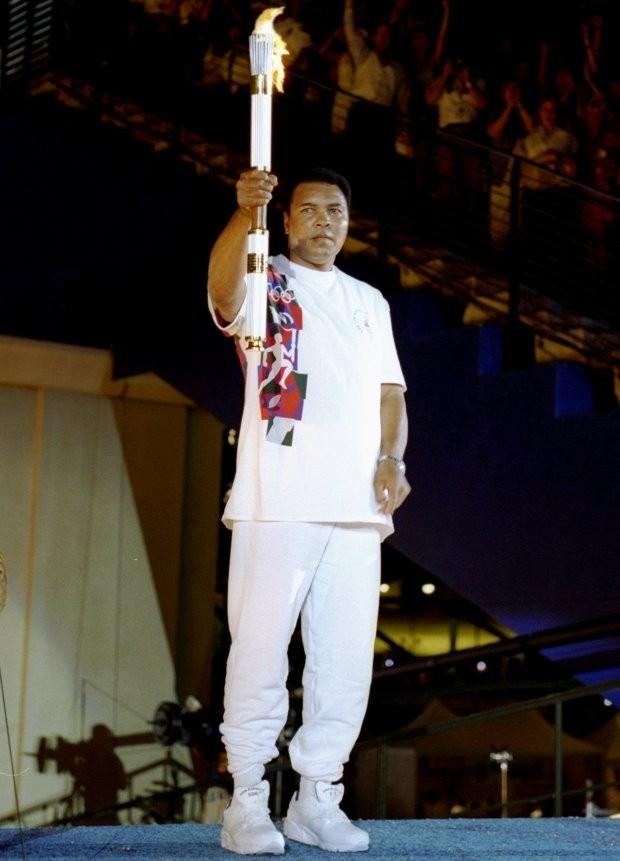 Muhammad Ali segundos antes de acender a tocha (Foto: Getty Images/Michael Cooper)