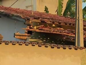 Casa de policial militar é atingida por artefato explosivo em Lorena (SP) (Foto: Eduardo de Paula/ TV Vanguarda)