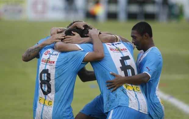 Jogadores do Paysandu comemoram o terceiro gol da vitória sobre o Paragominas (Foto: Marcelo Seabra / O Liberal)