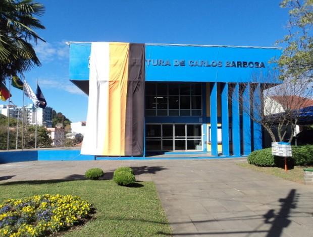 Prefeitura de Carlos Barbosa com as cores do time de futsal (Foto: Flávio Dilascio / SporTV.com)