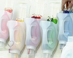 Veja como fazer um porta-lápis com garrafas de amaciante de roupa (Foto: Mais Você / TV Globo)