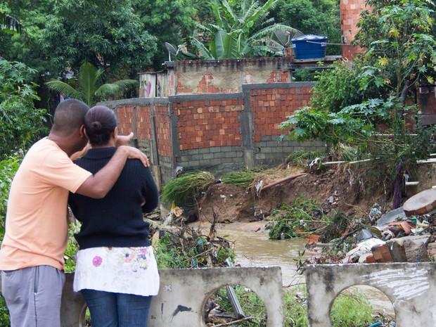 Casal de moradores da Vila Zenith em Austin, Nova Iguaçu (RJ), retorna a residência para verificar os estragos  (Foto: Douglas Viana/Futura Press)