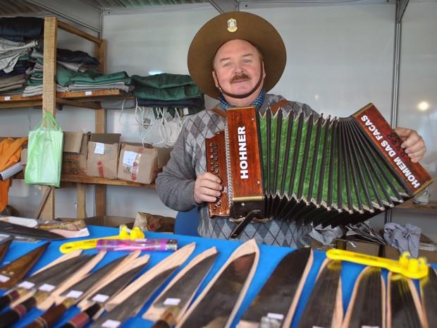 'Homem das Facas' fabrica pelo menos 1,5 mil objetos diferentes (Foto: Luiza Carneiro/G1)