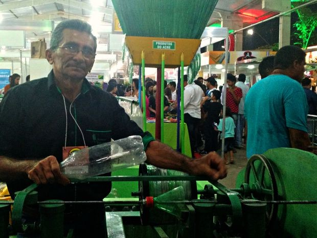 Francisco Viana criou máquina para fazer vassouras de garrafa pet  (Foto: Iryá Rodrigues/G1)