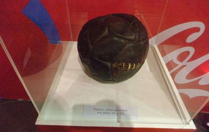 Tour da Taça - Montevideo - bola utilizada nas décadas de 20 e 30. (Foto: Cassius Leitão)