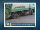 Asfalto afunda e caminhão de lixo fica preso em Vargem Grande do Sul, SP