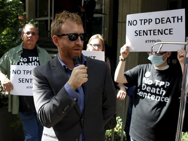 Manifestantes protestam em frente ao local das reuniões sobre o TPP, em Atlanta, EUA, nesta segunda-feira (5) (Foto: REUTERS/Tami Chappell)