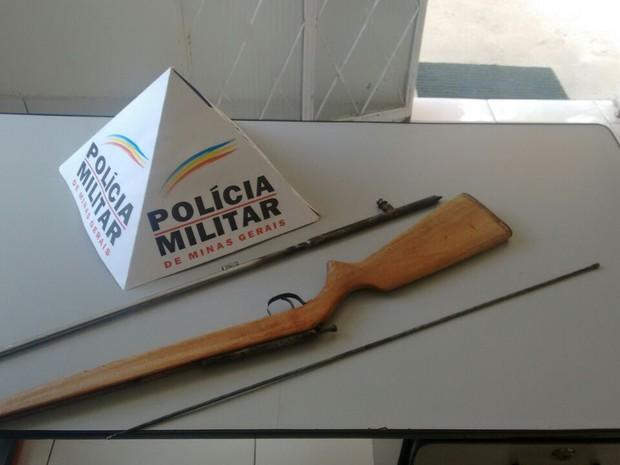 Arma foi apreendida pela polícia e levada à delegacia (Foto: Polícia Militar/Divulgação)