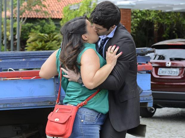 Claudete leva um susto com beijo surpresa de Raul (Foto: Ellen Soares/Gshow)