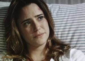 Mesmo abatida após acidente, ela conta a verdade para o pai (Foto: Sangue Bom/TV Globo)