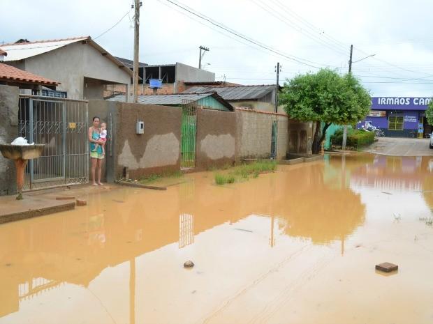 Água da chuva acumulada em via deixa moradores ilhados (Foto: Eliete Marques/G1)