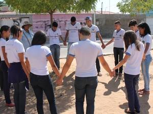Grupo de alunos fizeram uma oração (Foto: Amanda Franco/ G1)