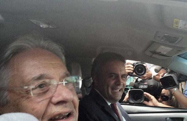O ex-presidente Fernando Henrique Cardoso e o senador Aécio Neves ao deixarem o Palácio da Alvorada após almoço com o presidente Michel Temer (Foto: Sara Resende/G1)