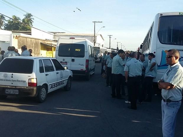 Funcionários da Tropical realizam protesto na garagem da Veleiro (Foto: André Feijó/ TV Gazeta)