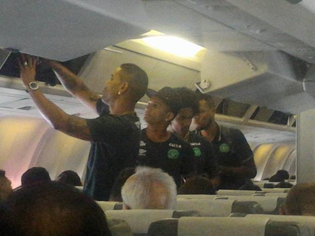 Foto postada pelo jornalista Rafael Henzel, da rádio Oeste Capital, mostra jogadores da Chapecoense no avião antes da decolagem. Henzel foi listado como um dos sobreviventes do acidente aéreo (Foto: Reprodução/Facebook/Rafael Henzel)