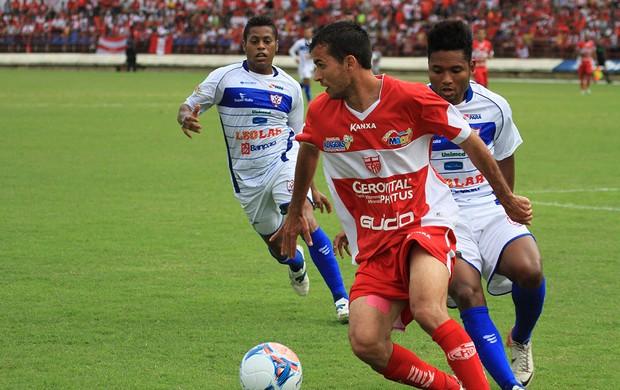 Danilo Sacramento domina a bola no jogo entre CRB e Águia (Foto: Ailton Cruz/ Gazeta de Alagoas)
