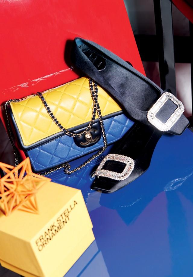 Bolsa Chanel, sapatos Roger Vivier emóbile Frank Stella. (Foto: Thiago Justo)