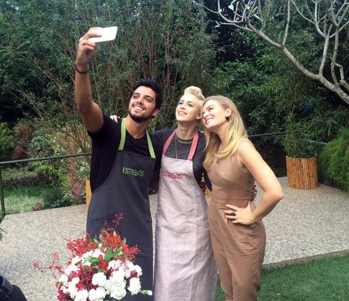 Rodrigo Simas tira selfie com Sophia Abrahão e Angélica (Foto: Nathália Gomes / Gshow)