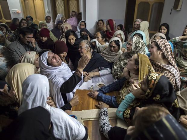 Mulheres choram a morte de Mohammed Ali Khan, de 15 anos, em Peshawar, no Paquistão (Foto: Reuters/Zohra Bensemra)