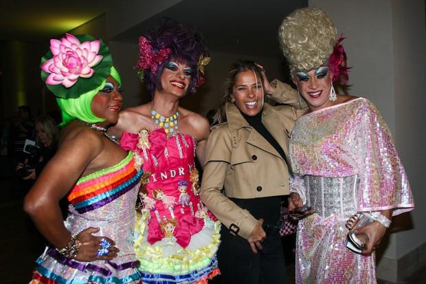 Adriane Galisteu posa com drag queens (Foto: Manuela Scarpa e Marcos Ribas / Foto Rio News)
