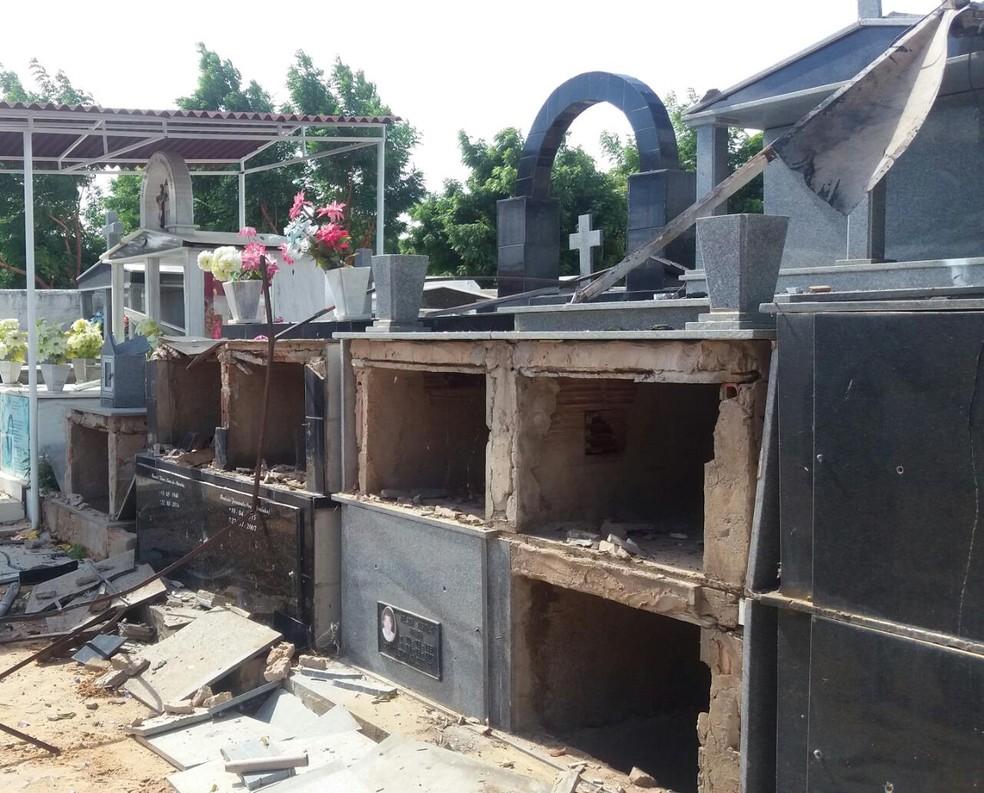 Túmulos de um cemitério que fica em frente ao local da explosão foram danificados (Foto: Maria Lima / Aqruivo pessoal)