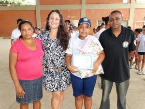 Mãe e membros da Guarda Civil participaram de solenidade em homenagem à menina  (Foto: Divulgação/ Prefeitura de Cachoeiro de Itapemirim )