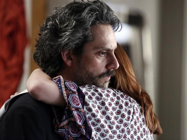 O comendador acredita na história e, aparentemente, perdoa Isis (Foto: Fábio Rocha / TV Globo)