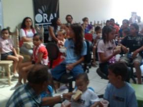 Pais e crinaças tomando café da manhã na associação (Foto: Divulgação)